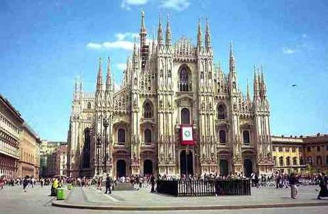 イタリア・ミラノ大聖堂が屑チョンによって一部破壊の憂き目に