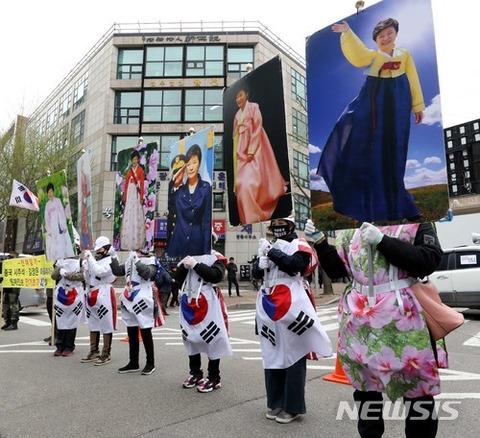 パククネ婆を支持するバ韓国のキチガイども