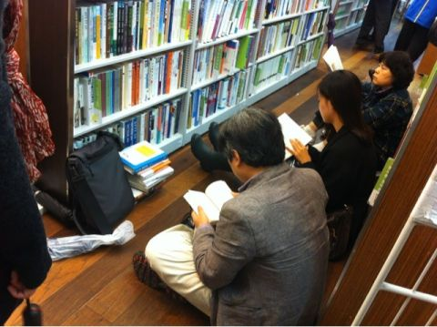バ韓国の書店で座り読みする屑ども