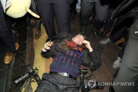 中国の警護員のボコられたバ韓国塵記者