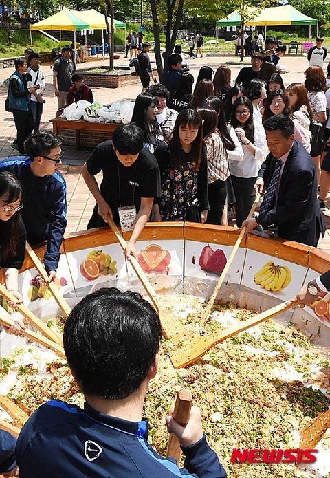 埃まみれのエサを作るバ韓国の大学生ども