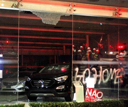 ガラスが割られ、展示車も破壊されたヒュンダイ