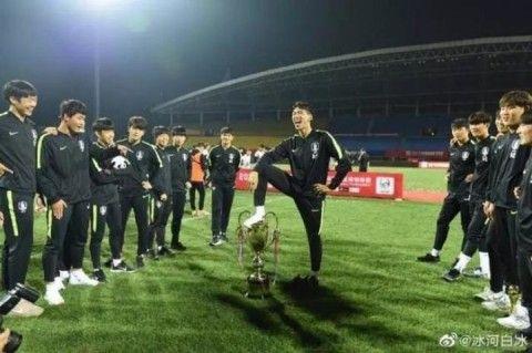 優勝カップを足蹴にするバ韓国塵のサッカー選手