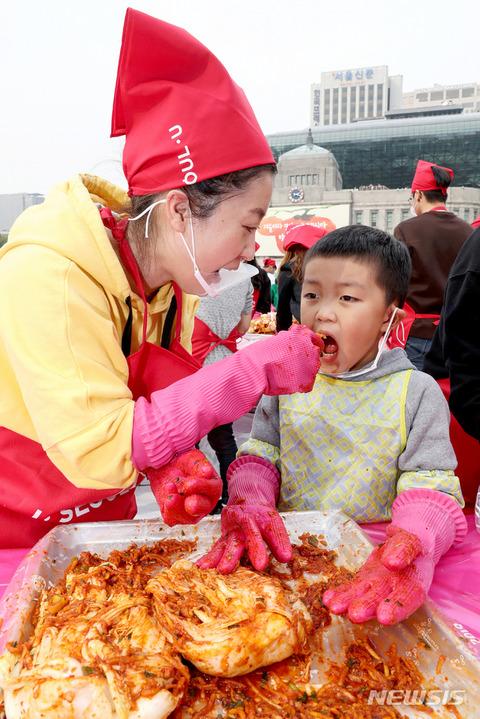 子供の唾液をキムチに混ぜるバ韓国塵