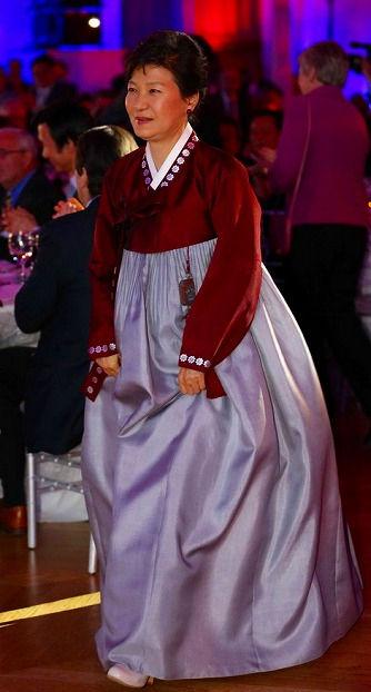キチガイ衣装で友好イベントに参加したパククネ婆