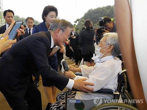 売春婦をねぎらうバ韓国の文大統領