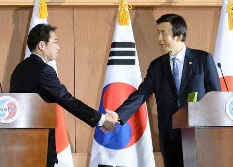 バ韓国のヅラ外相と握手する岸田外相
