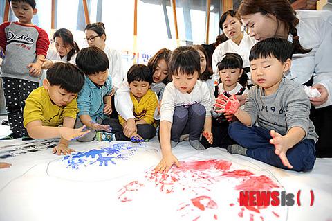 【胸糞画像】手形で太極旗を描くバ韓国の屑餓鬼ども