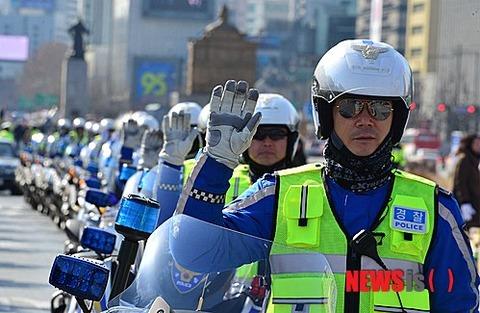 ただバイクに乗ってるだけの警察官wwww