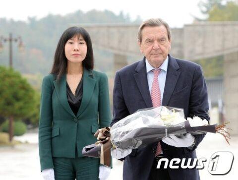 バ韓国塵の嫁をもつ前ドイツ首相のシュレーダー