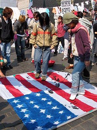 米国旗を踏みつけるgook(朝鮮ヒトモドキ)ども