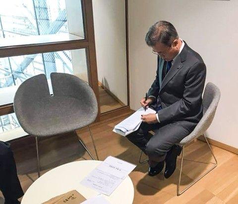 ボッチのバ韓国文大統領、記念撮影に参加できず