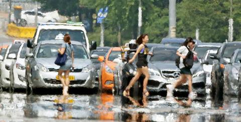 悪臭と放射線を放つバ韓国ソウルの道路
