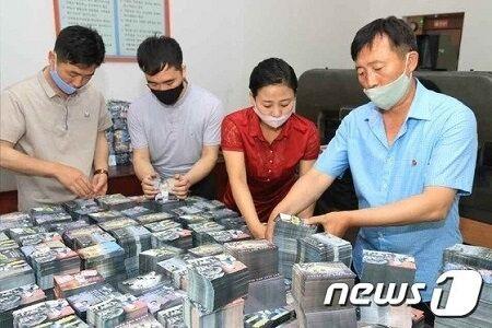 バ韓国に向けたビラを用意する北朝鮮