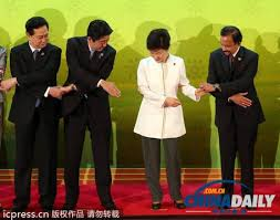 握手なんてしないほうが日本のためです