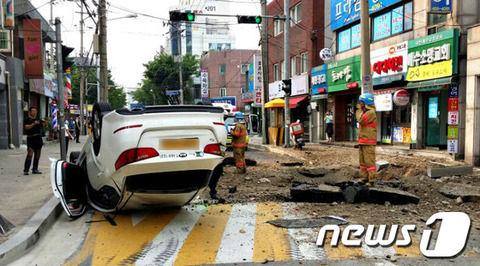 ソウルの道路が突然爆発して車を吹き飛ばすwwwww