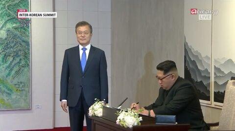 金正恩の秘書役を務めるバ韓国の文在寅