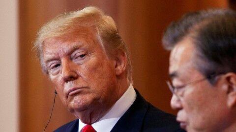 バ韓国の珍獣を見つめるトランプ大統領