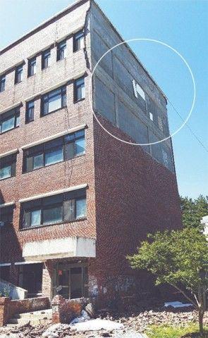 バ韓国の美術館の壁、震度ゼロで崩落ww