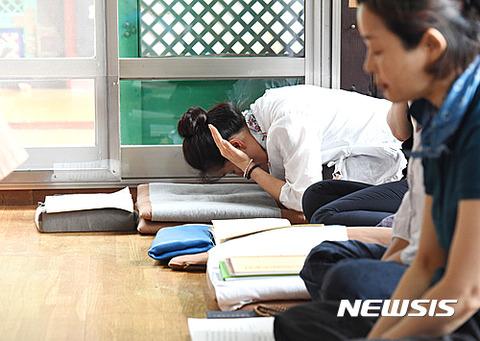 合格祈願をするバ韓国の受験生の親ども