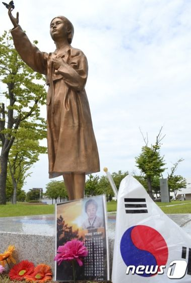 光州市庁の前に設置されたギブミーマネーの像