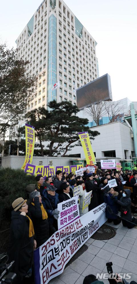 合意破棄を訴えるキチガイバ韓国塵ども
