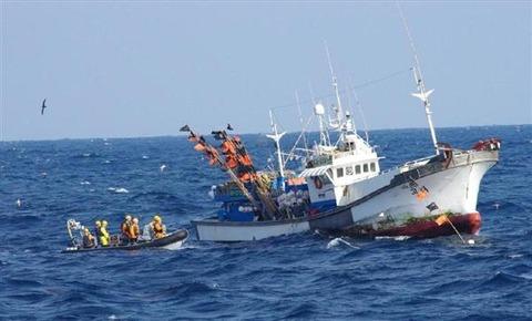 日本海でタチウオを乱獲するバ韓国漁船