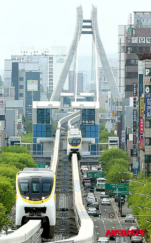 汚い街を走るバ韓国のモノレール