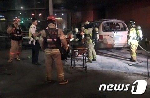 バ韓国の日本大使館前で車が炎上