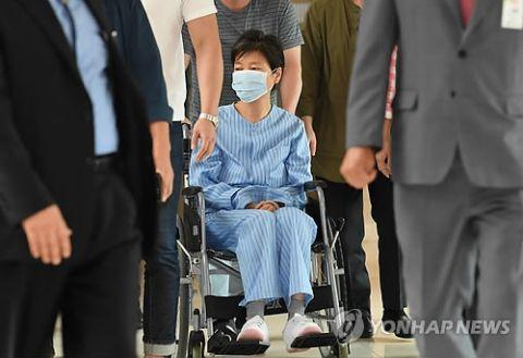 車椅子姿を披露したバ韓国前大統領のパククネ婆