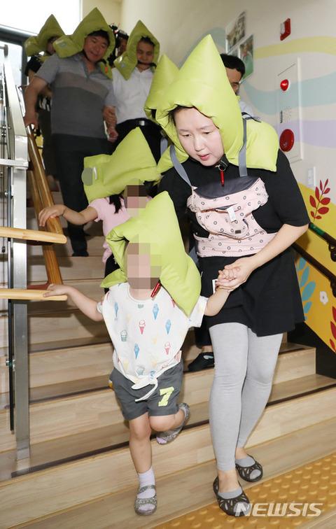 障害児を連れて逃げるバ韓国の教員