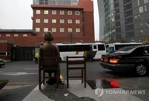 日本大使館前で客引きする売春婦像