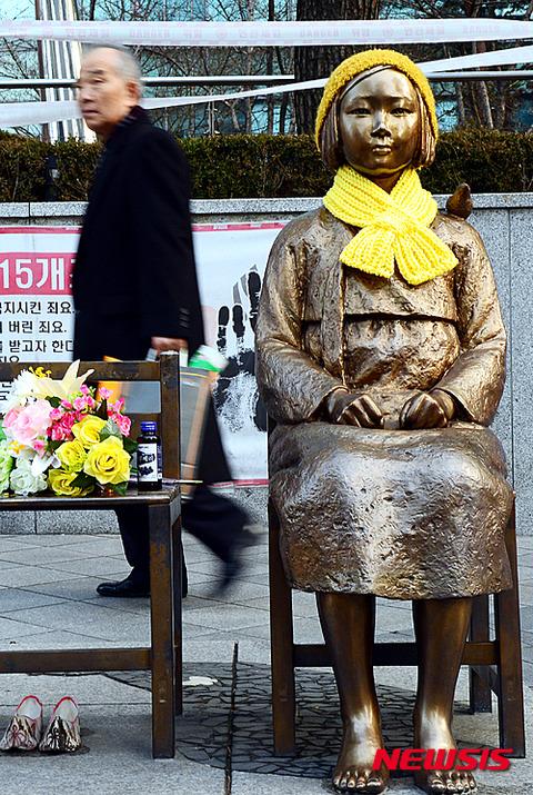客を待つ売春婦の像