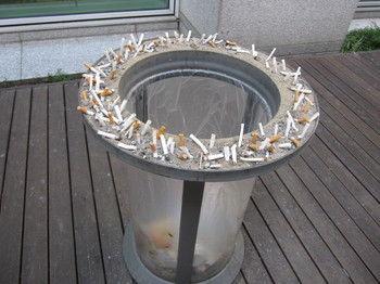 ボヤ必至!ゴミ箱のフチが灰皿になっているバ韓国。