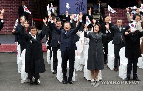 バ韓国という国がなくなりそうなのにこの笑顔www
