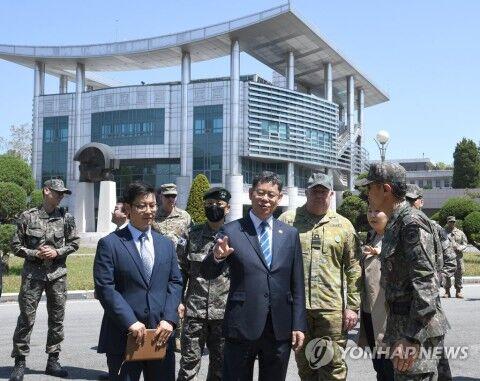バ韓国の統一部長官が板門店を訪問