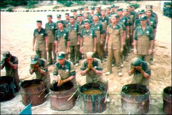 ウンコ水で洗顔するバ韓国軍の兵士ども