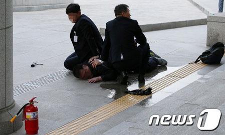 バ韓国の国会議事堂で焼身自殺騒ぎ