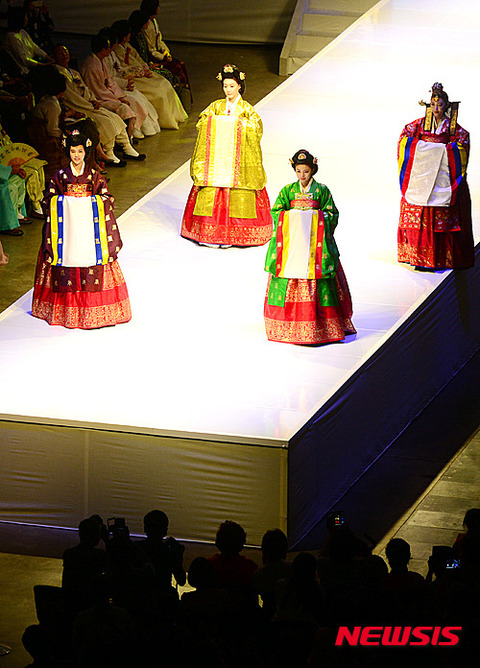 まさにバ韓国wwwこんなんが伝統衣装とはww