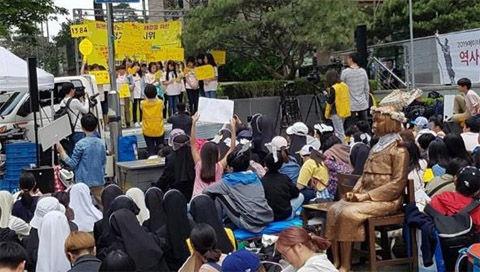 水曜集会で吠えるバ韓国の小学生ども