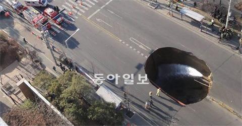 バ韓国では、梅雨の時期にシンクホールが多発するとのこと
