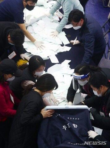 バ韓国総選挙の開票作業