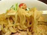 蒸し鶏の冷し胡麻味噌麺 麺のアップ