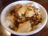 ライスに麻婆豆腐をトッピング