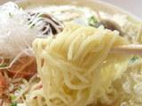 活海鮮プレートヌードル 麺のアップ