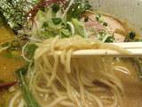 鯛香油白湯 特濃醤油らあめん 麺のアップ