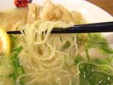 炙り鶏チャーシュウ麺 麺のアップ