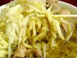 小ラーメン 粉チーズカレー風 ニンニク 麺のアップ