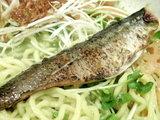 海と山の旬の和え麺 炙られた秋刀魚