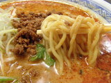 紅担担麺 麺のアップ